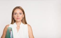 Ritratto della donna di affari con la cartella blu, sulla b bianca Immagini Stock Libere da Diritti