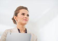 Ritratto della donna di affari con la cartella in ufficio Immagini Stock Libere da Diritti