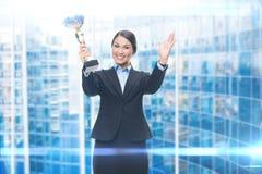 Ritratto della donna di affari con la tazza fotografie stock
