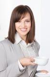 Ritratto della donna di affari con la tazza ed il piattino immagine stock libera da diritti