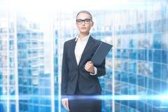 Ritratto della donna di affari con le carte fotografia stock