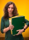 Ritratto della donna di affari con le cartelle Immagini Stock