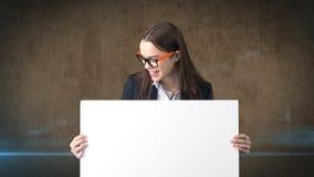 Ritratto della donna di affari di sorriso con il bordo bianco in bianco su marrone isolato Modello femminile con capelli lunghi i Fotografia Stock