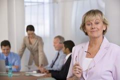 Ritratto della donna di affari e dei suoi colleghi. fotografia stock