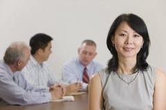 Ritratto della donna di affari e della sua squadra. Fotografia Stock