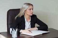 Ritratto della donna di affari elegante in vestito Fotografia Stock Libera da Diritti