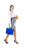 Ritratto della donna di affari incinta di camminata con il caso del documento Immagine Stock