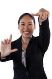 Ritratto della donna di affari sorridente che fa gesto della struttura del dito Fotografia Stock Libera da Diritti