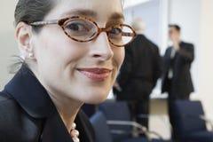 Ritratto della donna di affari sorridente in una riunione. Fotografie Stock