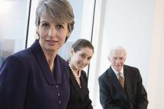 Ritratto della donna di affari sorridente in una riunione. Immagini Stock