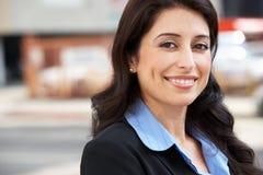 Ritratto della donna di affari Standing In Street Fotografie Stock Libere da Diritti
