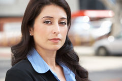 Ritratto della donna di affari Standing In Street fotografia stock