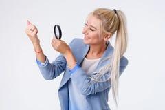 Ritratto della donna di affari su fondo bianco fotografia stock