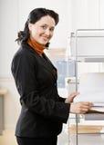 Ritratto della donna di affari in ufficio Immagini Stock Libere da Diritti