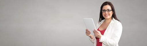 Ritratto della donna di affari Using Digital Tablet fotografia stock libera da diritti