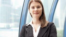 Ritratto della donna di affari in vestito nella città del centro, femmina professionale Grattacieli del distretto aziendale stock footage