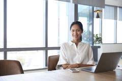 Ritratto della donna di affari Working On Laptop in sala del consiglio fotografie stock