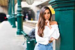 Ritratto della donna di bellezza che aspetta al binario nel giorno di estate un treno alla stazione Fotografie Stock Libere da Diritti
