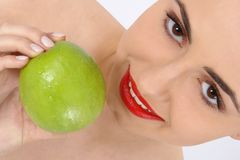 Ritratto della donna di bellezza con la mela Immagini Stock Libere da Diritti