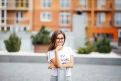 Ritratto della donna di modo del primo piano della ragazza abbastanza d'avanguardia dei giovani che posa alla città in Europa, vi Fotografia Stock Libera da Diritti