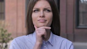 Ritratto della donna di pensiero fuori dell'ufficio video d archivio