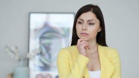 Ritratto della donna di pensiero in ufficio stock footage
