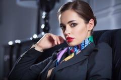 Ritratto della donna di stile di affari nell'interno di lusso scuro Fotografia Stock