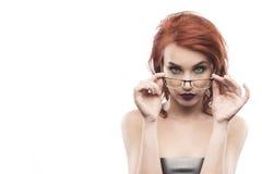 Ritratto della donna di vetro di occhiali isolato su bianco Fotografia Stock Libera da Diritti