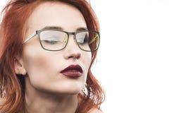 Ritratto della donna di vetro di occhiali isolato su bianco Fotografie Stock