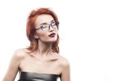Ritratto della donna di vetro di occhiali isolato su bianco Immagine Stock