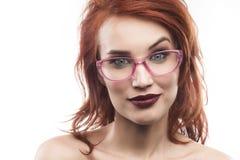 Ritratto della donna di vetro di occhiali isolato su bianco Fotografia Stock