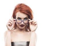Ritratto della donna di vetro di occhiali isolato su bianco Fram dello spettacolo Immagini Stock Libere da Diritti