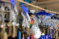 Ritratto della donna dietro i portachiavi a anello Immagini Stock Libere da Diritti