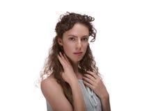 Ritratto della donna dispari su fondo bianco Immagini Stock Libere da Diritti