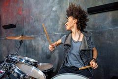 Ritratto della donna emozionale che gioca i tamburi in studio Immagini Stock