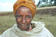 Ritratto della donna etiopica senior con le mosche Immagini Stock Libere da Diritti
