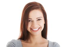 Ritratto della donna felice che esamina la macchina fotografica Fotografia Stock