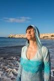 Ritratto della donna felice che si rilassa sulla linea della spuma fotografia stock libera da diritti