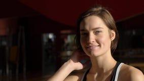 Ritratto della donna felice che sorride nella palestra dopo la formazione e gli esercizi video d archivio