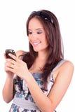 Ritratto della donna felice con il telefono mobile fotografia stock libera da diritti