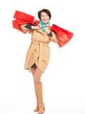 Ritratto della donna felice con le borse di acquisto in cappotto di autunno Fotografia Stock Libera da Diritti