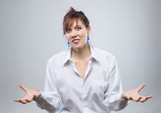 Ritratto della donna felice con le mani aperte Fotografie Stock Libere da Diritti
