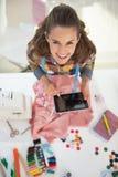 Ritratto della donna felice del sarto che per mezzo del pc della compressa immagini stock libere da diritti