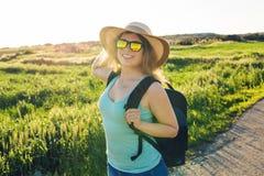 Ritratto della donna felice del viaggiatore sulla natura Concetto del viaggio, di auto-stop e della vacanza Immagini Stock Libere da Diritti