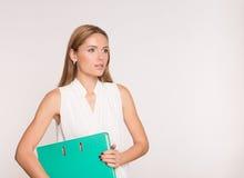 Ritratto della donna felice di affari con la cartella blu, sopra Fotografia Stock