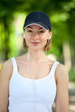 Ritratto della donna felice di forma fisica pronta ad iniziare allenamento Fotografia Stock