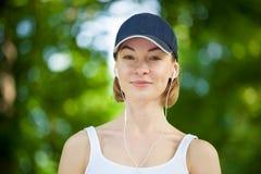 Ritratto della donna felice di forma fisica pronta ad iniziare allenamento Immagine Stock Libera da Diritti