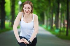 Ritratto della donna felice di forma fisica pronta ad iniziare allenamento Fotografie Stock