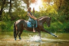 Ritratto della donna felice e del cavallo Fotografie Stock Libere da Diritti