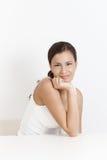 Ritratto della donna felice sopra bianco Fotografia Stock